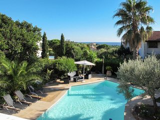 Saint-Peire-sur-Mer Holiday Home Sleeps 8 with Pool Air Con and Free WiFi