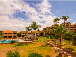 Spectaular location with balcony above marina promenade. 1 bedroom apartment$85, casa vacanza a San Carlos