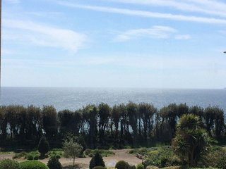 Boscombe Beach: 3 Bedroom cliff top apartment with sea views