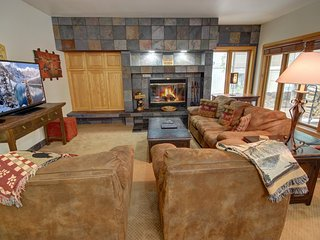 Châteaux DuMont 2704 less then 1 block to slopes, Private Hot Tub, luxuriously u
