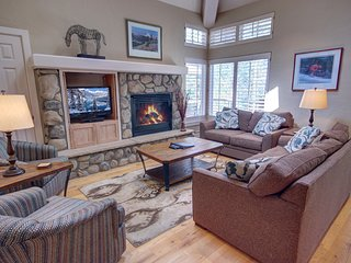 Starfire 1992 Townhome with Private hot Tub by Summitcove Lodging