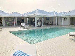 Belle villa avec piscine et tennis aux Terres Basses, plage à 5 mn a pied