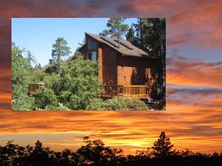 AMAZING SUNSETS AND VIEWS at Paradise Pines Retreat Cabin, Bunkhouse, Playhouse