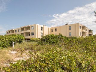 Beautiful 2BR 2BA Adjacent to Beach, Large Pool, WIFI