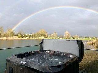Cotswold Water Park Retreat - Kingfisher Lodge, private Hot Tub, free fishing