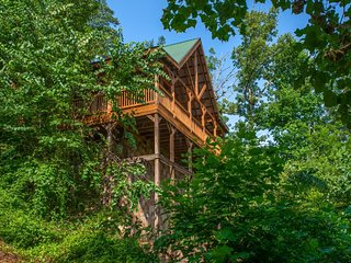 Mountainside cabin w/ private hot tub, game room - amazing views!