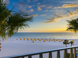 PRIVATE BEACH, GREAT KING SUITE! 2 POOLS, HOT-TUB, GRILL, TENNIS! ON THE GULF!