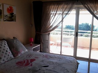 Chez Cozy's - Seaview Bedrooms, Breakfast included, with Swimming Pool.