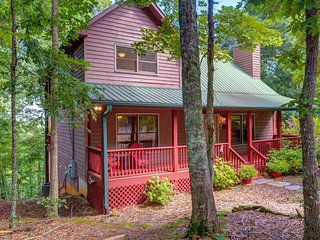 NEW LISTING! Adorable three-story cabin w/ deck & balcony, mountain view