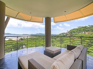 Elegant modern vacation condo for 8 with Ocean View near central Tamarindo