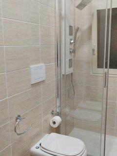 Bagno con sanitari e cabina doccia ampia con colonna ad idromassaggio verticale