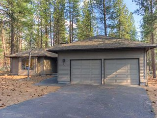 Spacious Pet home, near Fort Rock Park in the heart of Sunriver! Free SHARC Pass