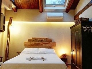 Bed and Breakfast naturAS - La Casetta nel Bosco. La finestra a tetto della camera da letto.