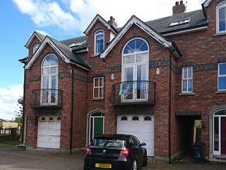 Spacious 5 Bedroom home ideal for Beach, golf or causeway. Hot tub available