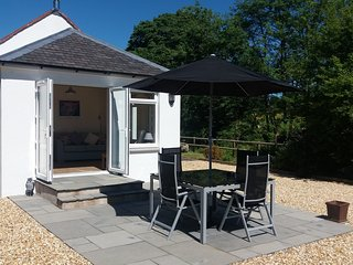 Countryside holiday cottage with a riverside location, sleeps 4, 10 mins to M74