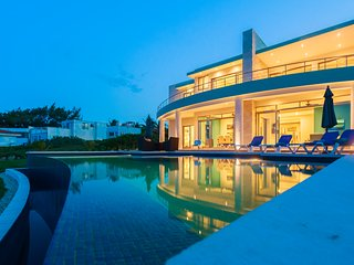 Casa Flor de Mayo - Stunning new South Point Oceanfront Villa