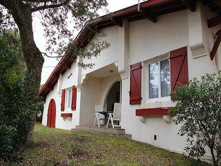 Villa ancienne avec jardin boise, proche du lac.