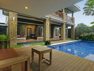 Large 4 Bedrooms villa, 10 minnutes to Seminyak  eat street