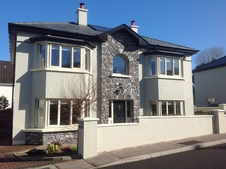 AMAZING 4 bed - alongside centre of Killarney and Natl. Pk, all 5 star reviews
