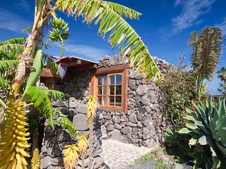 Cozy Eco Cottage, 300mt to Sandy Beach, Pool,Garden with Sea Views, Hiking Trail