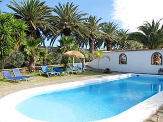2 bedroom Villa with Pool, WiFi and Walk to Shops - 5652903