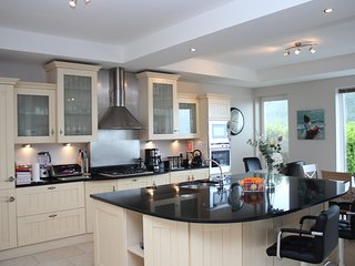 Beautiful 6 Bedroom Home - Sleeps 14 - 5 minute walk to village- Parking/Wifi