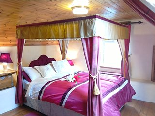 4 poster bed in cottage
