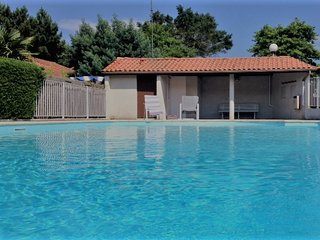 House with shared pool and bike trails to the beaches of Capbreton.