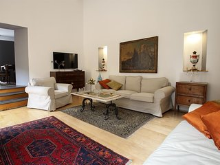 Spacious apartment very close to the centre of Naples with Lift, Internet, Air c