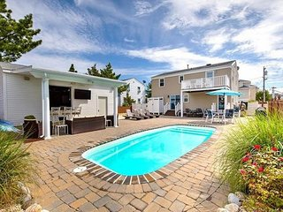 Ideal indoor/outdoor living with pool, walking distance to all in Beach Haven