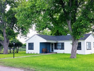 Quaint & Quiet Property Close to Many Attractions