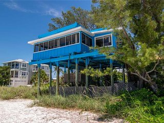 Unique 3BR/2BA Beach House in Bradenton Beach w/Screened Lanai & Washer/Dryer