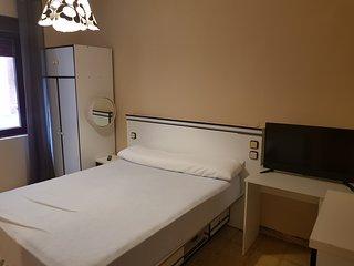Piso amplio básico, 4 hab + salón con sofá-cama, baño, aseo, WIFI, 1º sin ascens