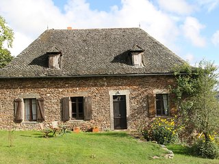 Peaceful french cottage sleeps 6 with salt water  pool in grounds