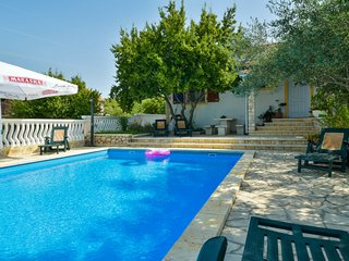 2 bedroom Villa with Pool, Air Con, WiFi and Walk to Shops - 5061198