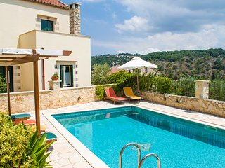 Beautiful villa centrally located in  Douliana, near Vamos and Almirida,5 guests