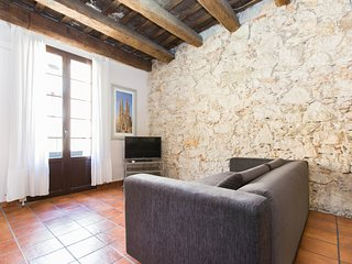 Apartment for 6 right next to Ramblas with Wi-Fi and parking nearby