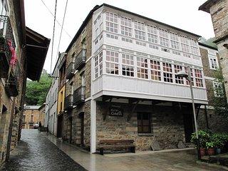 Alquilo,Casa completa del Siglo 19 al lado del Rio Navia para 19 o mas personas.