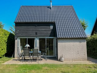 6 pers. Sunny holiday home behind the dyke and close to the Lauwersmeer