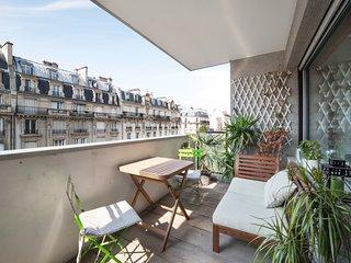 Spacious flat with balcony near Eiffel Tower for 4p