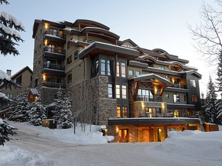 SKI-IN Penthouse Suite with PRIVATE HOT TUB on Mountain View Balcony!