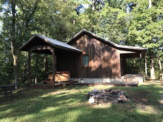 Spring Hill Cabin!Perfect Couples Retreat!(Hot Tub)