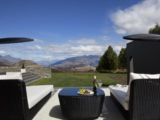 Beautifully Decorated Luxury Home with Hot Tub and Stunning Views of Wakatipu