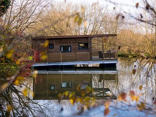 Floating Lodge - Eider. Near Longleat and Bath