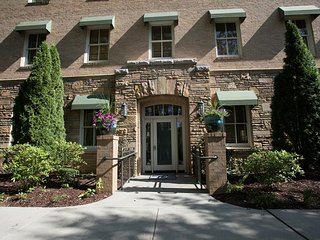 Biltmore Village Flat, in Biltmore Village; luxurious flat, restaurants & more!