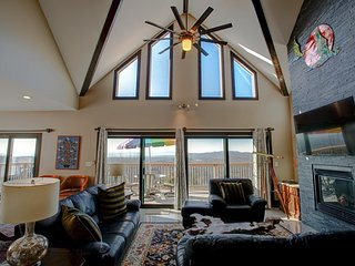 Long View; Luxury, terrific views, Hot Tub, Relaxing & Secluded! Asheville-Hende