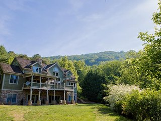 Pine Hollow - an Asheville Luxury timber-frame home w/Hot Tub; weddings, more -