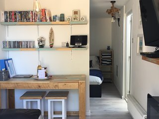 The Beach Style Garage - One bed studio, suit 1 or 2 persons, dog friendly!