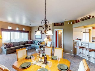 NEW LISTING! Comfy condo w/mountain views, shared pool/hot tub & golf nearby