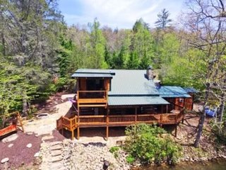 A RIVER RUNS THROUGH IT- 3BR/2BA,AUTHENTIC DOVE TAIL CABIN ON THE TOCCOA RIVER